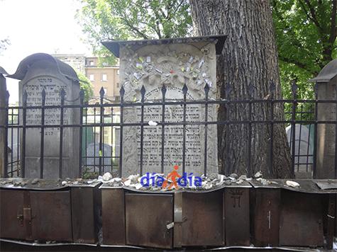 Cementerio en la sinagoga Remu en Cracovia