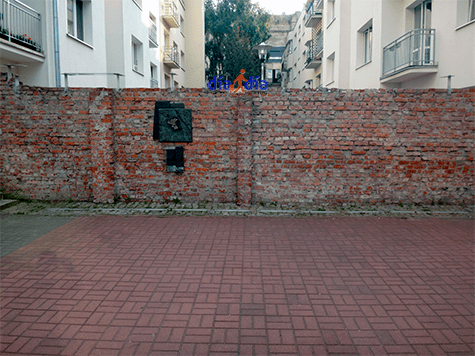 Restos del muro del ghetto de Varsovia, actualmente en medio de la ciudad