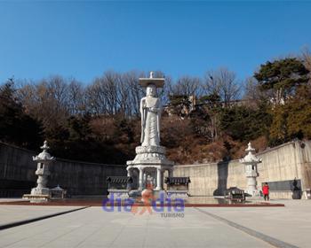 Estatuas, fuera del templo Bongeunsa