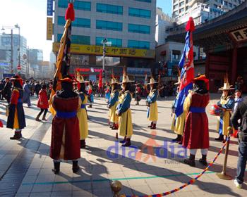 Cambio de guardia en Entrada a DeoksuGung