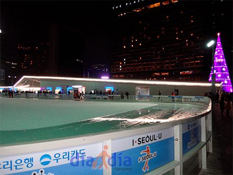 Pista de patinaje sobre hielo a orillas del city hall