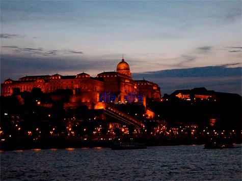 Vista de noche desde el río Danubio