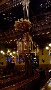 Púlpito dentro de la sinagoga Dohany en Budapest