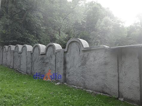 Restos del muro del ghetto en Cracovia. Actualmente quedó situado en medio de una escuela de la ciudad.