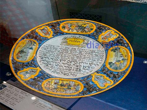 Plato antiguo dentro del museo judío de Budapest