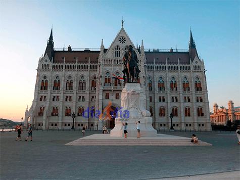 Parlamento de Budapest, vista desde la plaza