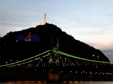 Puente Isabel, vista desde el barco por el río Danubio