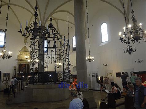 Sinagoga vieja de Cracovia por dentro