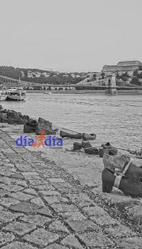 Monumento en conmemoración al holocausto, a orilla del río